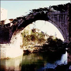 El Puente Viejo de Mostar, sobre el río Neretva