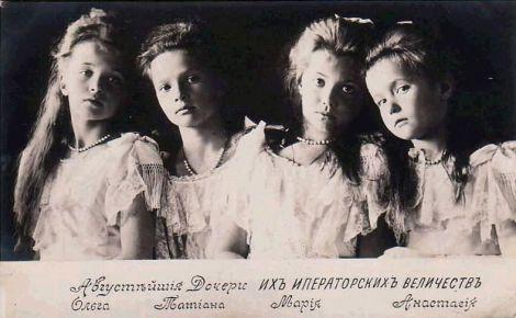 de izquierda a derecha: Olga, Tatiana, María, Anastasia
