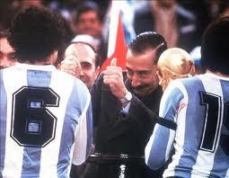 Jorge Rafael Videla, dictador argentino, entregando la Copa del Mundo a su selección