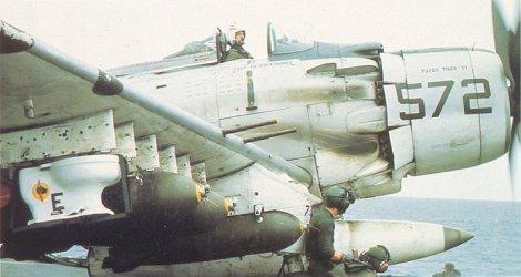 Un Douglas A-1 Skyrider con un váter como munición