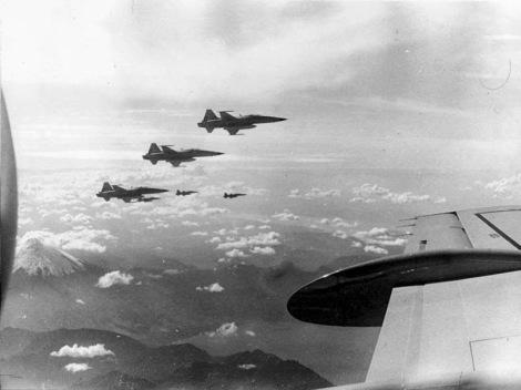 F-5 Tiger II chilenos escoltan (en una demostración de fuerza) al avión que traslada al presidente Videla a Puerto Montt.