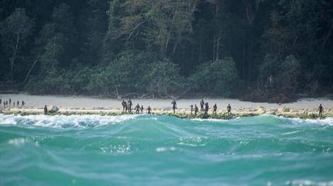 27D0056500000578-3049022-Sentinelese_tribespeople_gather_on_the_shore_of_North_Sentinel_I-a-20_1429631756805